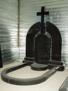 Памятник арка с крестом из черного гранита